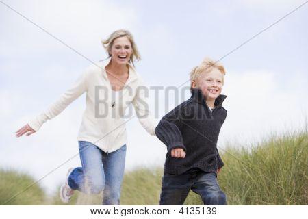 Mutter und Sohn Strand lächelnd unter