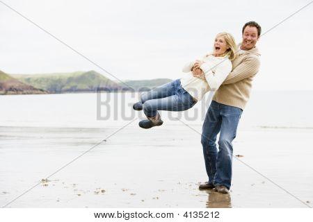 Parejas jugando en Playa sonriendo