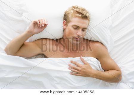 Hombre acostado durmiendo