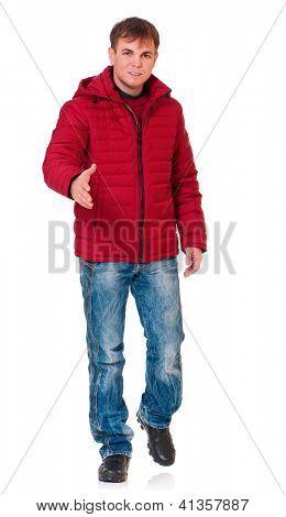 Volle Länge-Porträt eines jungen Mannes gekleidet mit Winterkleidung isoliert auf weißem Hintergrund
