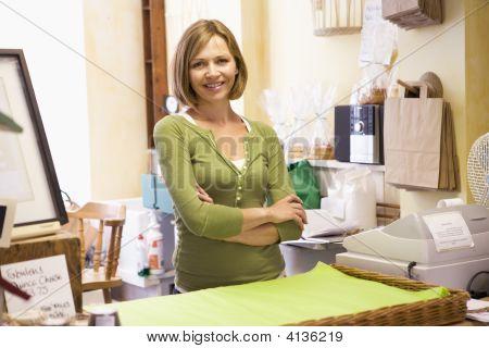 Mujer en tienda sonriendo