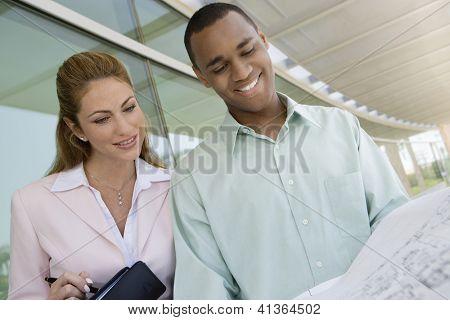 Low Angle View of glücklich multiethnischen Geschäftsleute Blick auf blue print