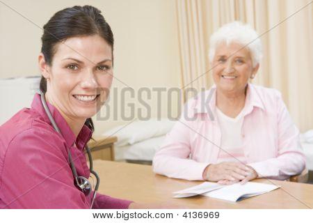 Mulher do médico Office sorrindo