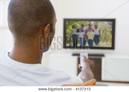 Mann im Wohnzimmer Fernsehen