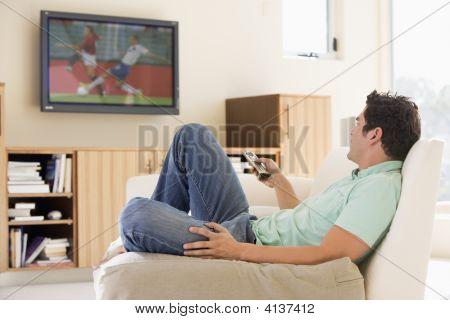 Hombre en la sala de estar viendo la televisión
