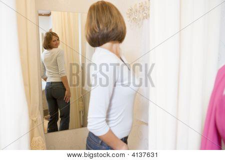 Mujer probandose Jeans y frunciendo el ceño