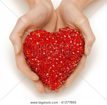 closeup brillante imagen de manos de la mujer con el corazón