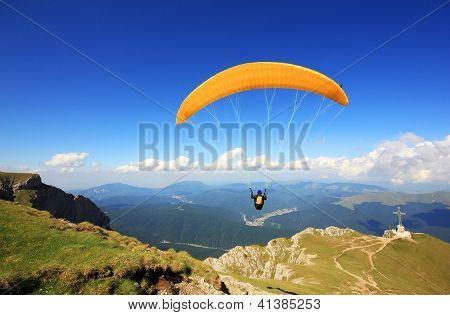 Prepareing parapente para decolar de uma montanha