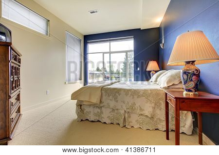 Schlafzimmer mit blauen Wand und asiatischen Lampen.