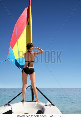 Menina do barco de vela