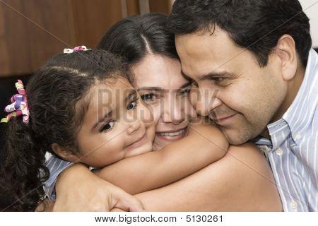 Mamá y papá jugando con su hija