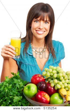 Frau, Saft, Gemüse und Früchten