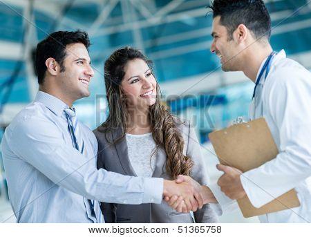 El apretón de manos de médico de familia, un par en el hospital