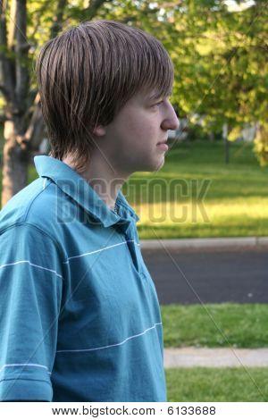 Perfil de adolescente al aire libre