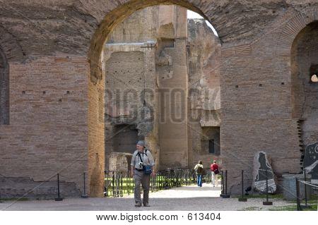 Senior en visita a las ruinas de Roma