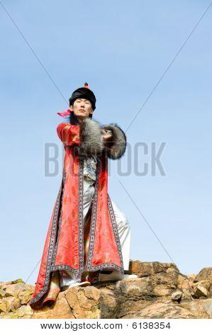 Stolz Mann im mongolischen Kostüm