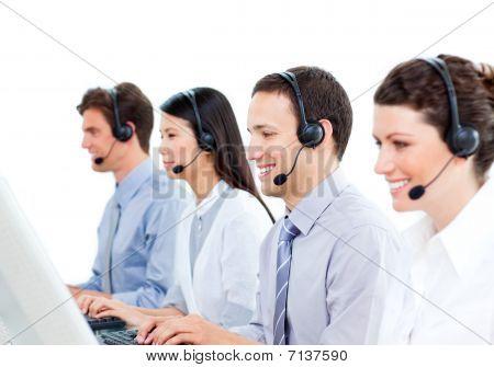 lächelnd Kundenbetreuer arbeiten in einem Callcenter