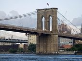 foto of brooklyn bridge  - A nice view of the Brooklyn Bridge and the East River in lower Manhattan - JPG