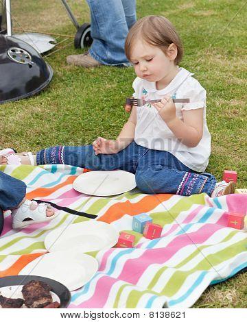 kleines Mädchen mit einem Picknick