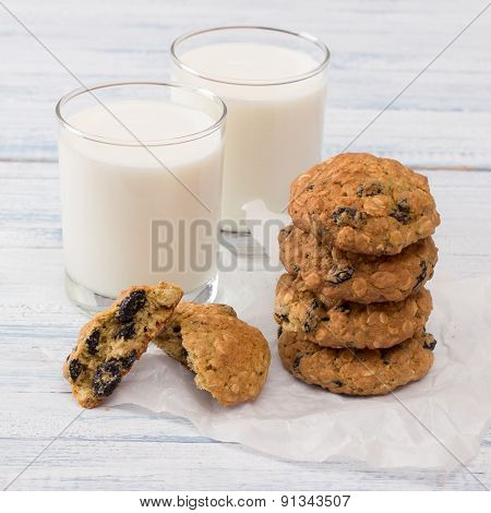Diet oatmeal cookies with milk