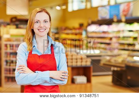 Young happy smiiling woman doing apprenticeship in a supermarket