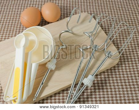 Plastic Measuring Spoons With Metal Whisk And Egg
