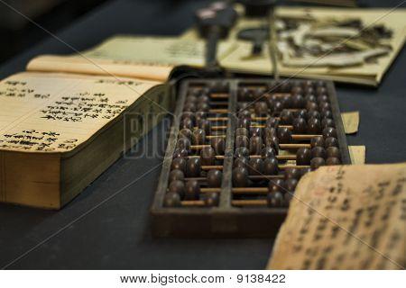 Ábaco e livro sobre a mesa