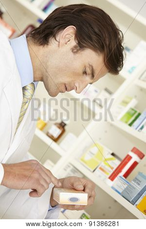 American pharmacist working in pharmacy