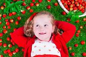picture of peek  - Child eating strawberry - JPG