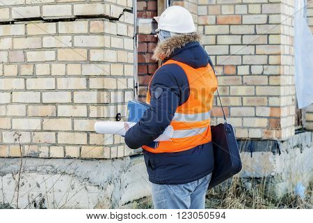 Building inspector filmed at the cracks in the building wall