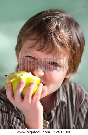 The seven-year child eats an apple.