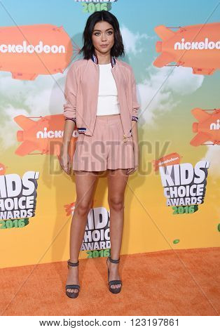 LOS ANGELES - MAR 12:  Sarah Hyland arrives to the Nickeloden's Kid's Choice Awards 2016  on March 12, 2016 in Hollywood, CA.