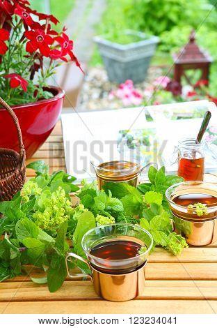 Garden magazine and tea auf einem gartentisch