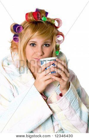 Divertida ama de casa con rulos y taza