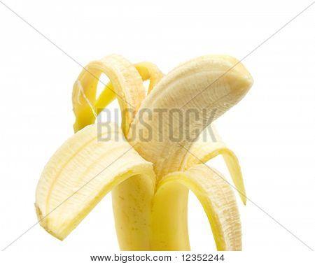 plátano pelado contra un fondo blanco