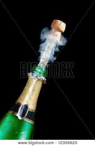 Champagne; objetos sobre fondo negro