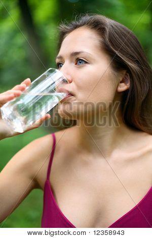 niña bebidas agua