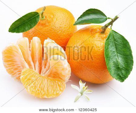 Mandarine mit Segmenten auf weißem Hintergrund