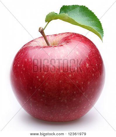 Reifer roter Apfel mit einem Blatt. Isoliert auf weißem Hintergrund.