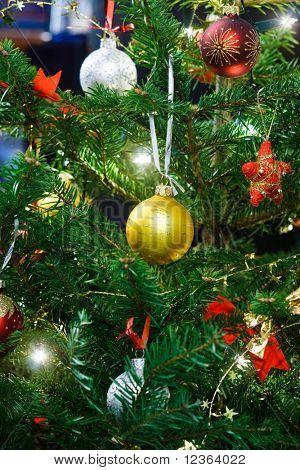 Christmas Garland Kugeln und Lichter auf der Tanne
