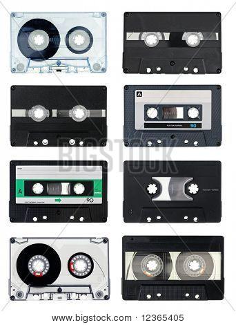 Sammlung von Vintage Compact Kassetten auf weißem Hintergrund