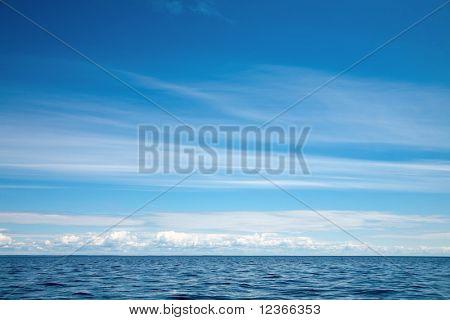 Céu azul com nuvens sobre o Lago Ladoga