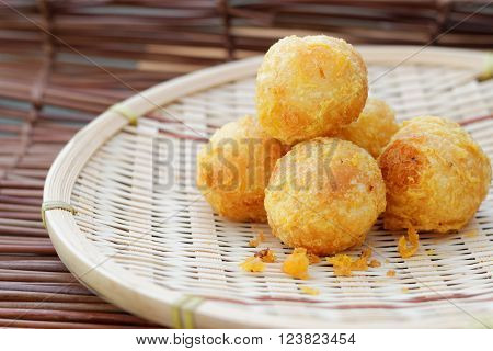 Fried getuk ubi is Malaysian food made from tapioca.