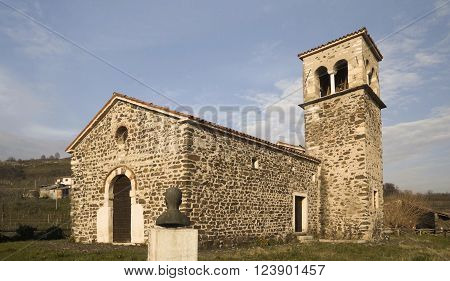 The church of San Zeno built in 1100 in Romanesque style is in gray stone has a rectangular shape and has a single nave.