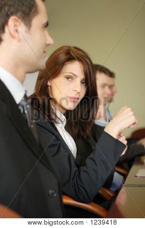 Anwältin in Konferenz