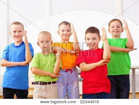 Gruppe Klassenkameraden stehen in einer Zeile im Klassenzimmer