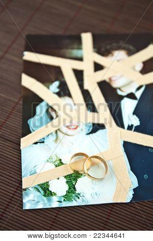 Hochzeits-Ringe auf Hochzeitsfotos