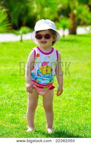 menina de criança em óculos de sol