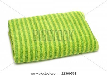 una toalla de playa rayas doblada sobre un fondo blanco