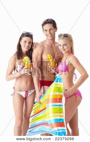 schöne Menschen in Badeanzüge bei einem Cocktail auf weißem Hintergrund